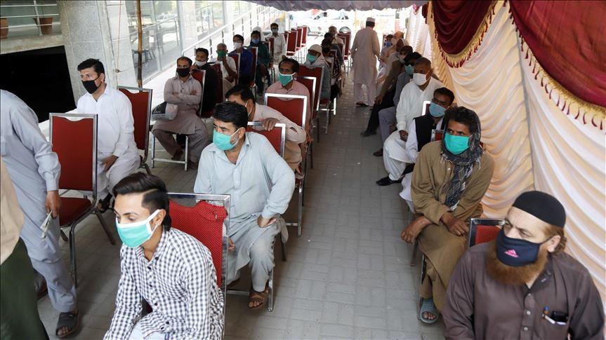 Coronavirus kills 12 Pakistanis, infects 586 in one day