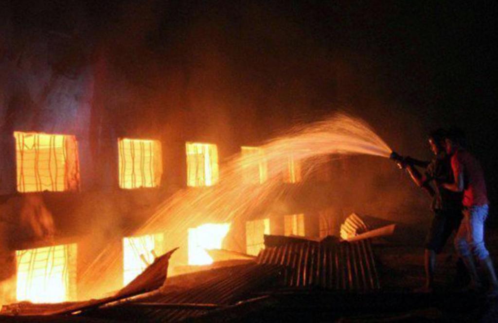 Fire breaks out at furniture godown in Karachi