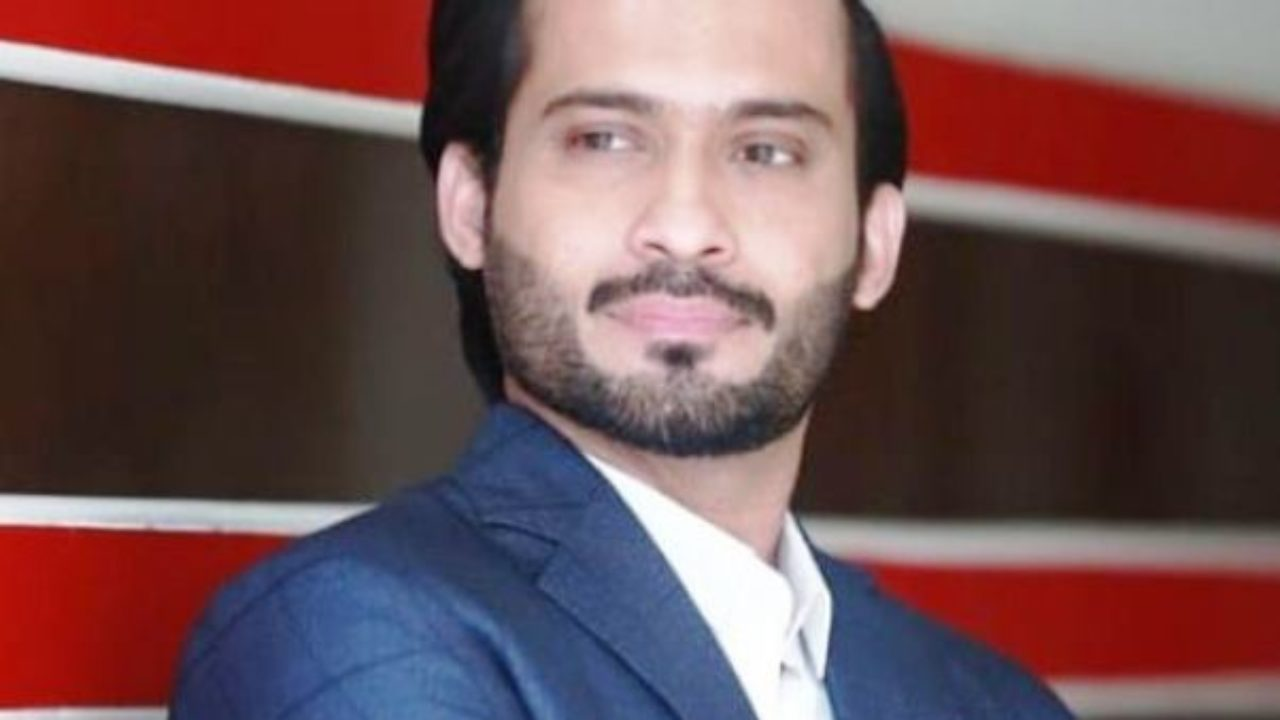 Waqar Zaka submits documents in ECP to launch his political party