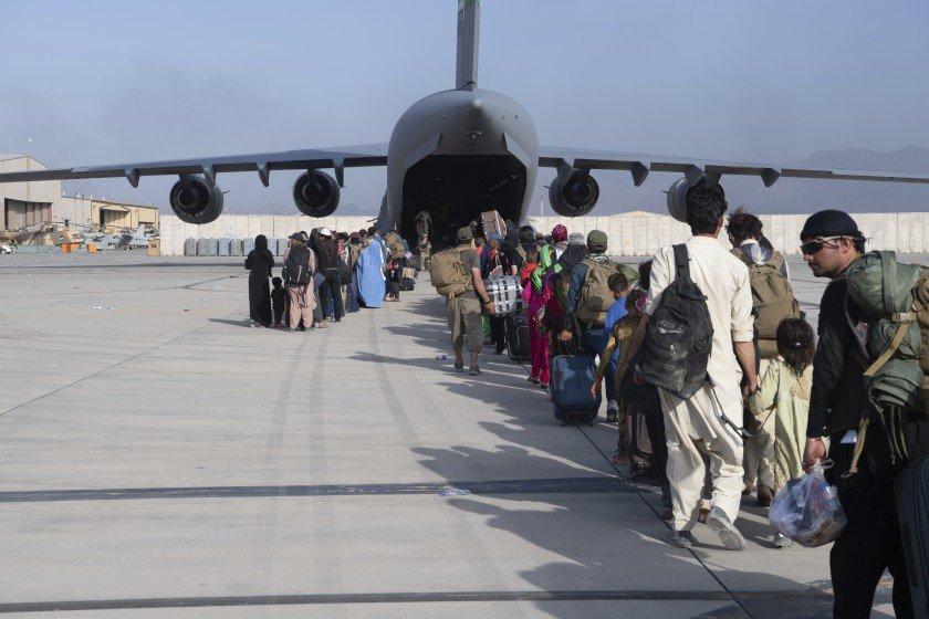 Desperate Afghans still await flights to flee Taliban